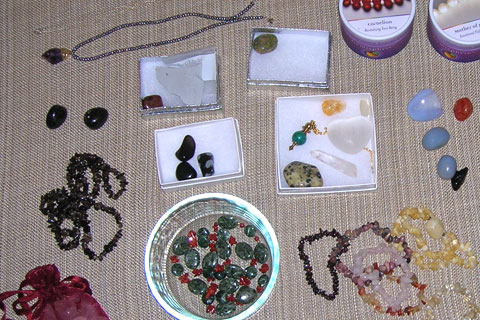 Therapeutic gemstones and gemstone jewelry